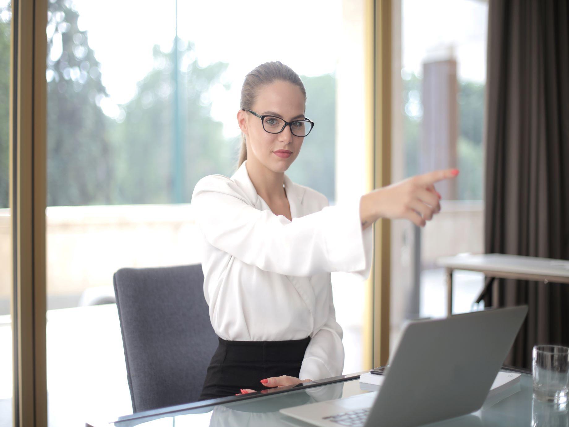 和部屬溝通,不是逼對方二選一 巧用6大技巧,增強主管影響力,與員工有「溝」有「通」!
