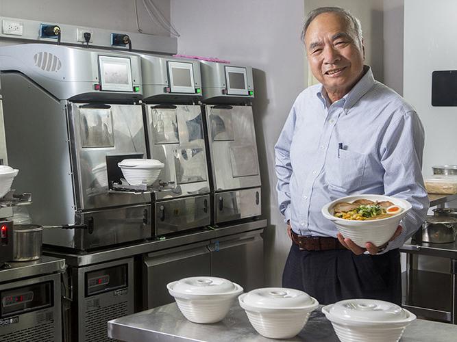 一碗拉麵60秒上桌!他靠煮麵機器人創200萬月營收