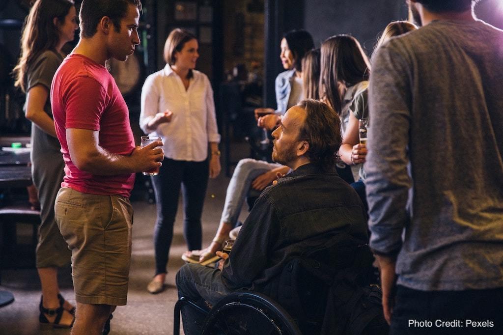 面對社交場合好無助?學會「哈拉」4 步驟,讓內向者見到陌生人也能滔滔不絕!