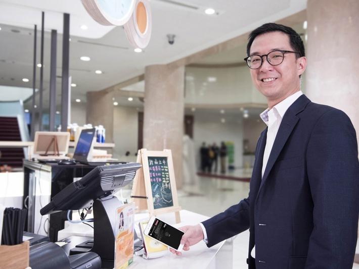 Apple Pay登台,銀行業搶破頭的背後,國泰少主蔡宗翰為它露臉拍廣告