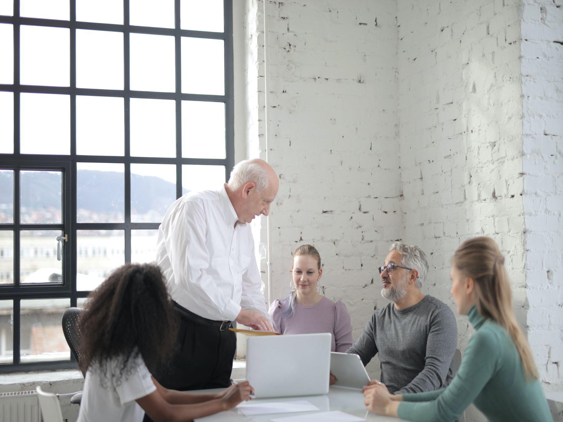 會議場合坐哪裡?利用大腦特性選對位置,讓老闆主動想點你發言!