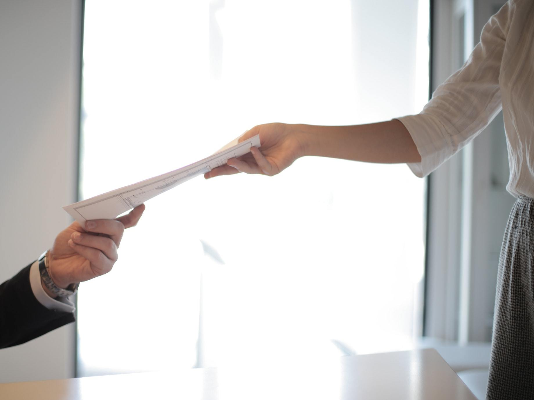 年近半百的小主管自白:「工作30年,才發現自己不懂怎麼跟老闆報告!」想被看見,避免這5種低效率溝通!